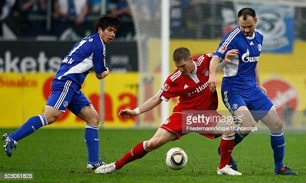 Bastian Schweinsteiger von Bayern in aktion mit Heiko Westermann and Hao Junmin von Schalke waehrend des Bundesliga Spiels zwischen FC Schalke 04 und...