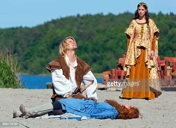 Bastian Semm als Klaus Stoertebeker, Sarah Hannemann als Gutsverwaltertochter Ann-Marie und Claudia Gaebel als Elisabeth spielen auf der Buehne der...