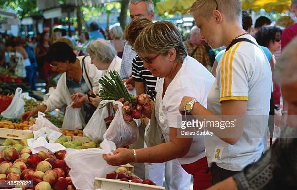 bastide st louis (carcassonne's new town ), shoppers buying fresh fruit, vegetables at marke in place carnot. - guy carcassonne photos et images de collection