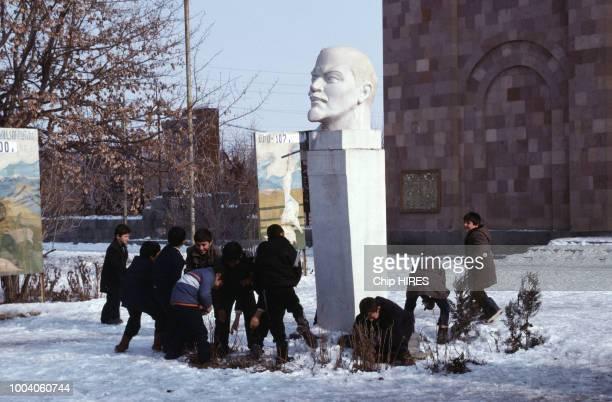 Bataille de boules de neige autour d'un buste de Lénine en février 1990 Arménie URSS