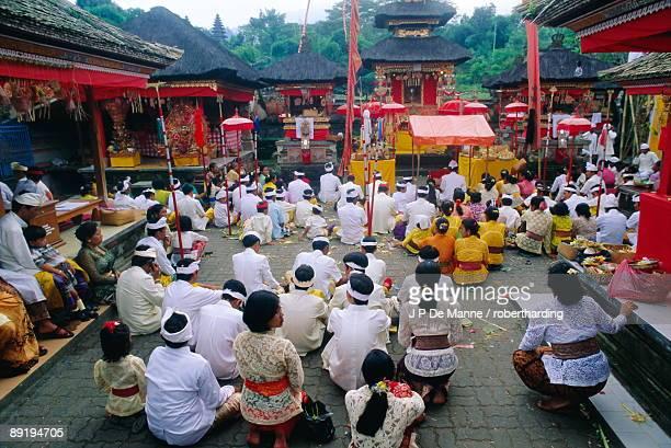 batara turum kabeh ceremony, hindu temple of besakih, bali, indonsesia - mulher orando de joelhos imagens e fotografias de stock