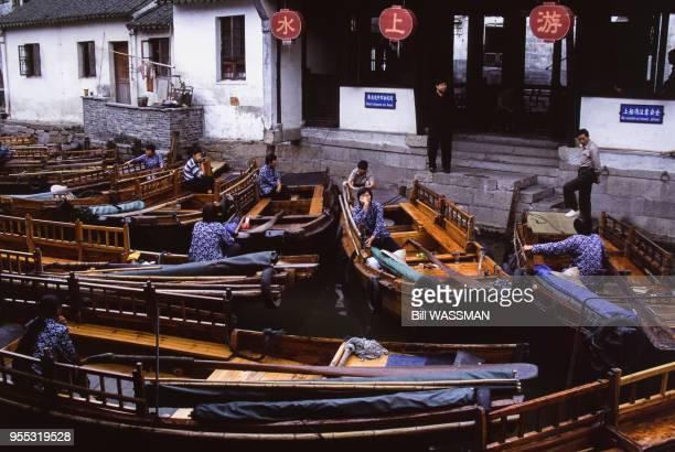 Bateau sur un canal de Zhouzhuang en 2003 à Kunshan Chine