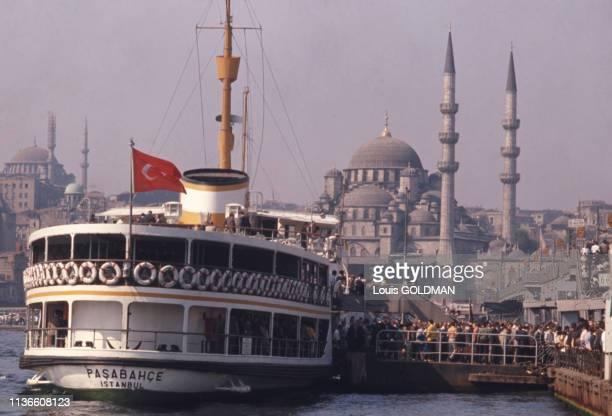 Bateau à vapeur sur la Corne d'Or, devant la mosquée Rüstem Pacha, à Istanbul, Turquie.