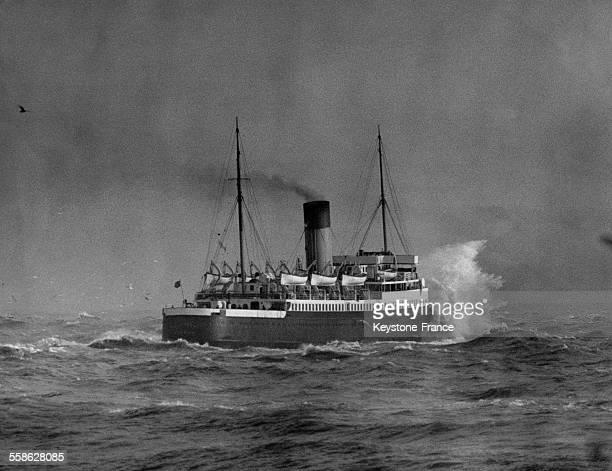Bateau à vapeur transmanche quittant le port de Douvres RoyaumeUnien décembre 1936