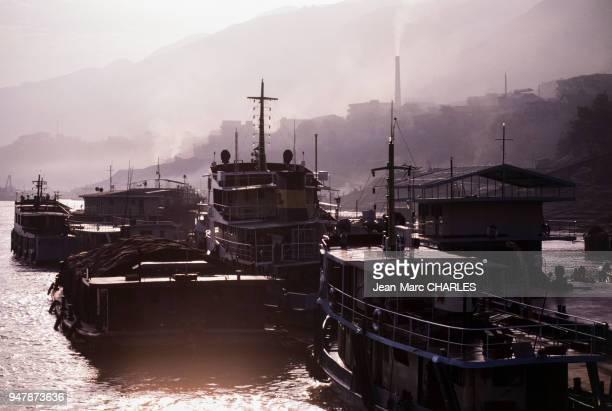 Bateaux à vapeur sur le Yangzi Jiang , en septembre 1986, dans le xian de Fengjie, Chine.