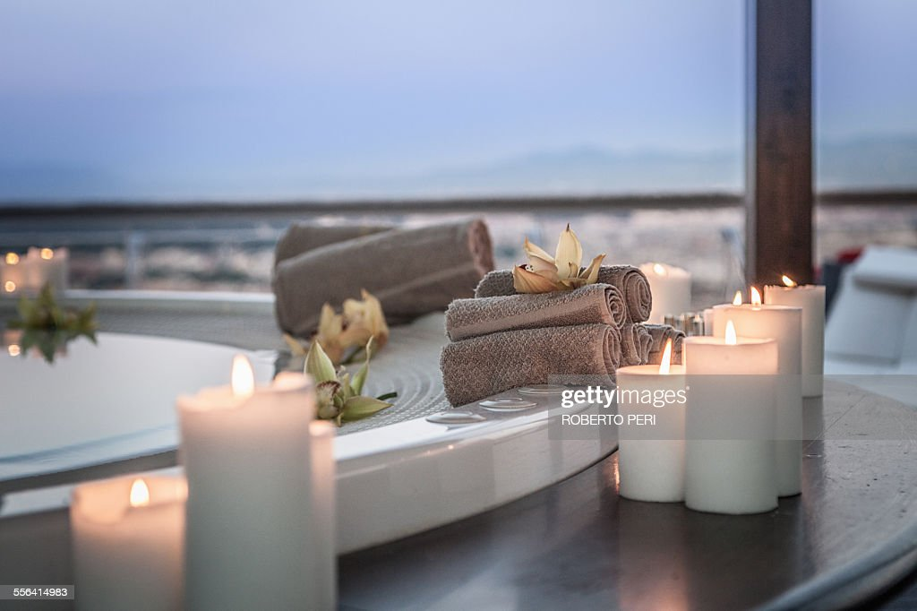 Bath and candles in luxury hotel room : Foto stock