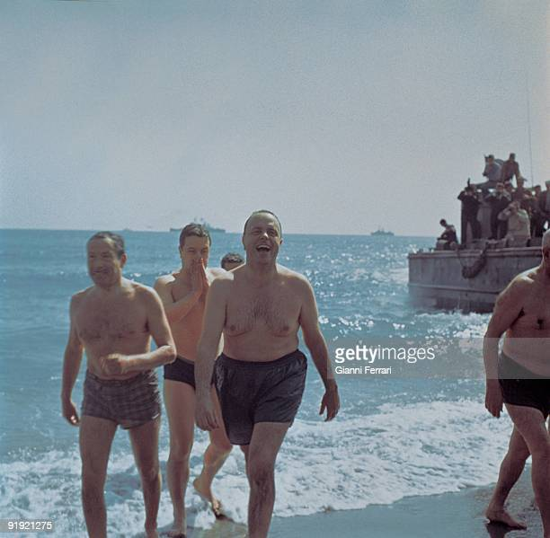 Bath of Manuel Fraga with the EEUU ambassador Mr Duke `Minister Manuel Fraga along with bathes in the beach of Pigeon houses the ambassador of the...