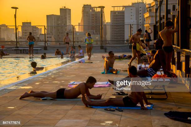 Bathers take advantage of the pools in Sao Paulo, Brazil, on September 15, 2017 on the hottest day of this winter with 32.9 ° C and air humidity...