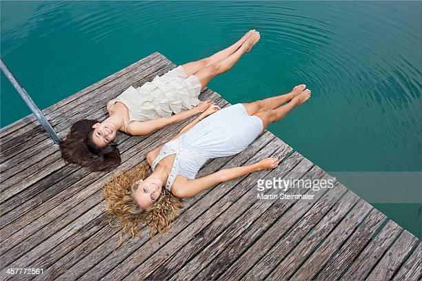 bathing beauties - alleen tienermeisjes stockfoto's en -beelden