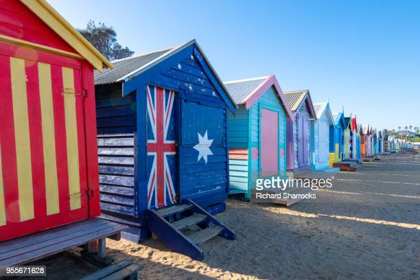 bathing huts on brighton beach, melbourne, australia - melbourne austrália - fotografias e filmes do acervo