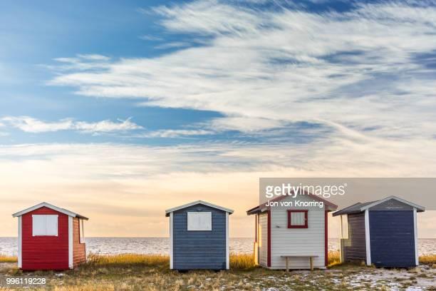 bathing huts - cabine de plage photos et images de collection