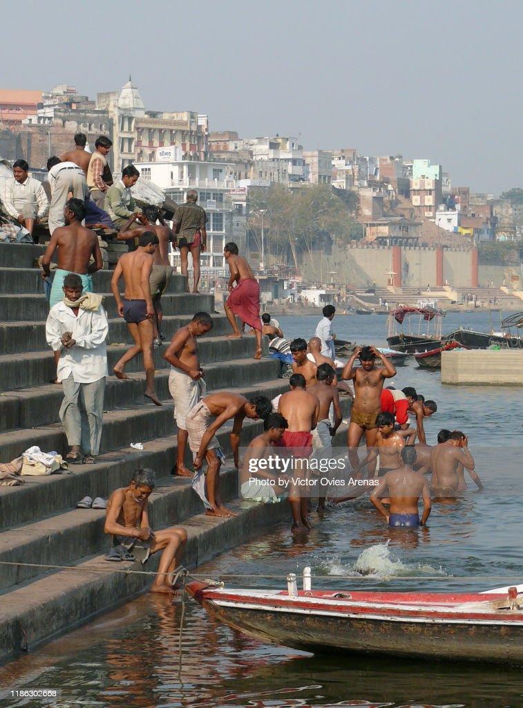 Bathing ritual activity in the ghats of Varanasi, India : Foto de stock