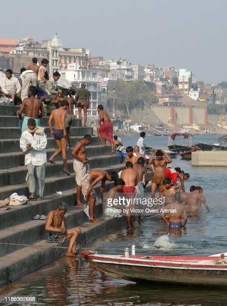 bathing ritual activity in the ghats of varanasi, india - victor ovies fotografías e imágenes de stock