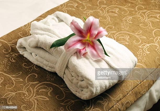 Bademantel auf dem Bett