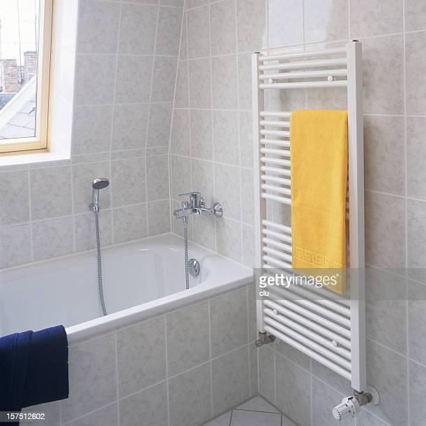 Côté de la salle de bains avec Radiateur, serviettes et baignoire