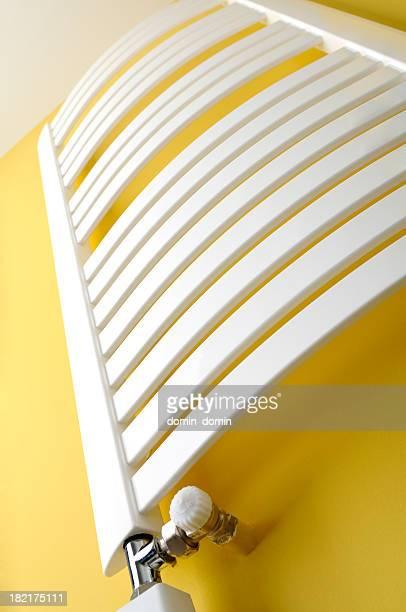 Bad, Handtuch Heizung Heizkörper auf gelbe Wand, Frosch-Perspektive