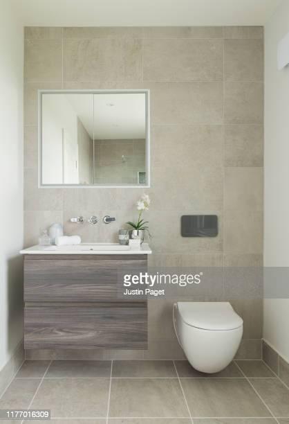 bathroom in luxury uk house - 家庭の備品 ストックフォトと画像