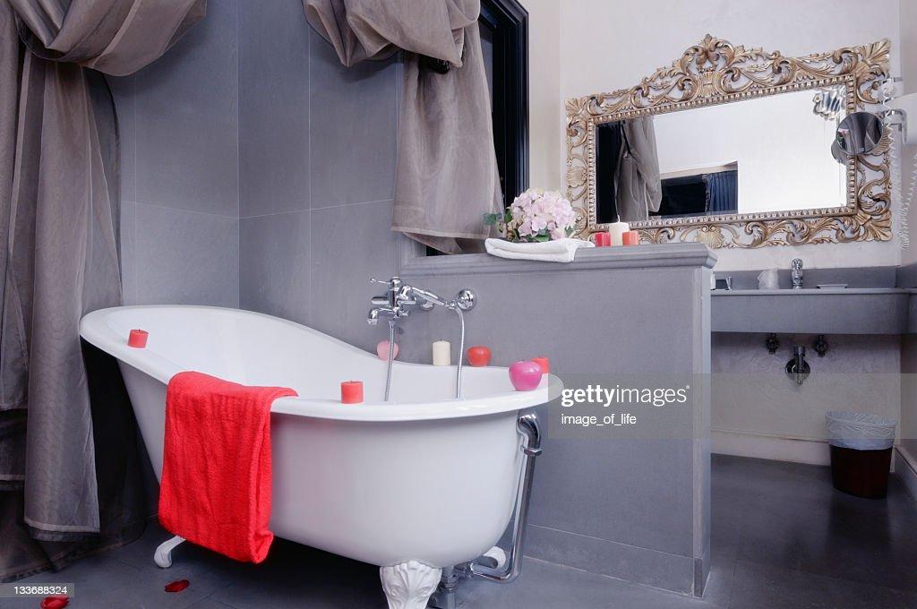 Vasca Da Bagno Con Piedini : Vasca da bagno con piedini foto e immagini stock
