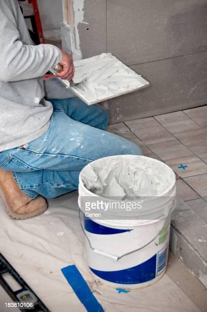 Badezimmer Renovierung: Auftragnehmer putting mortar auf Fliesen