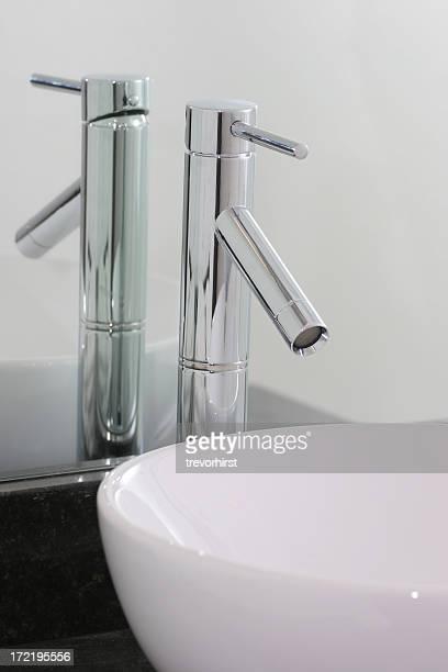 Lavamanos del baño y grifo