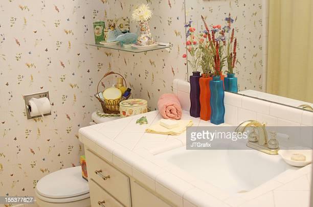 Badezimmer mit Tapete