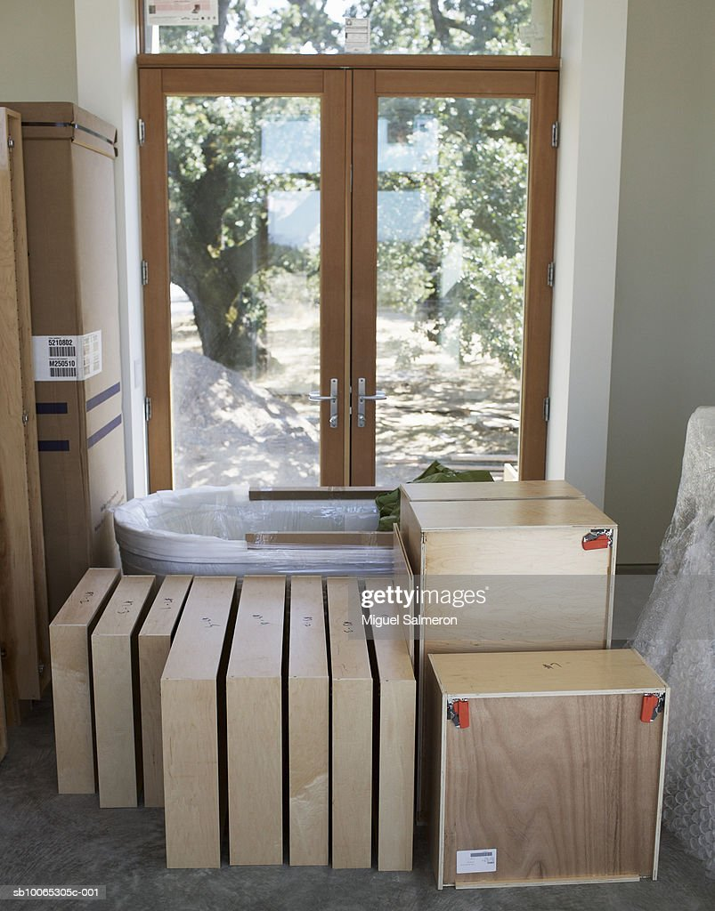 Bathtub and kitchen cabinets waiting to be installed in house : Foto stock