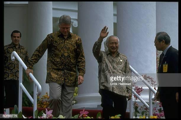 Batikshirted APEC ldrs Indonesia's Suharto US Pres Clinton Chile's Eduardo Frei at AsiaPacific Economic Cooperation summit