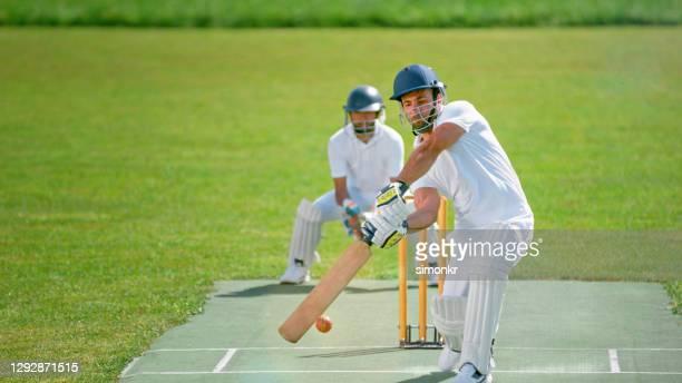 batsman playing cricket - caneleira roupa desportiva de proteção imagens e fotografias de stock