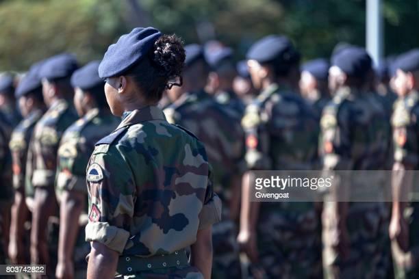 bataillon de soldats français qui défilent - armée photos et images de collection