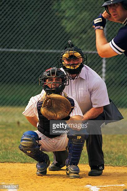 batter with catcher and umpire at home plate - caneleira roupa desportiva de proteção imagens e fotografias de stock