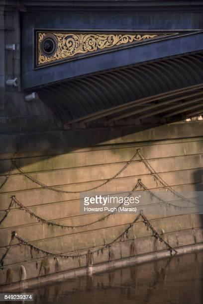 Battersea Bridge: Gold Leaf Triangular Design & Suspension Ropes