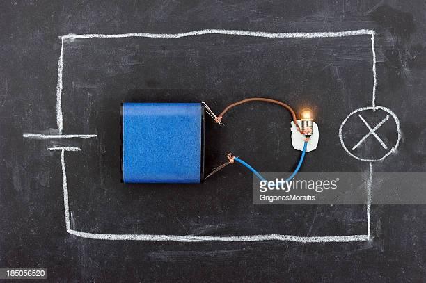 circuito de bateria no quadro-negro - física - fotografias e filmes do acervo