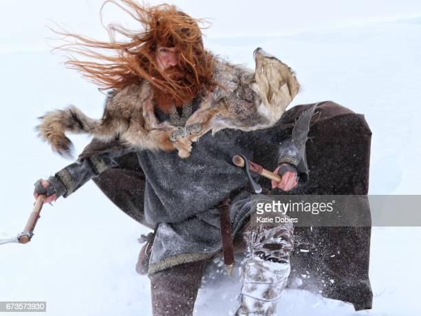 Slag bij aanval middeleeuwse wintersneeuw Viking Warrior, dierlijke Pelt