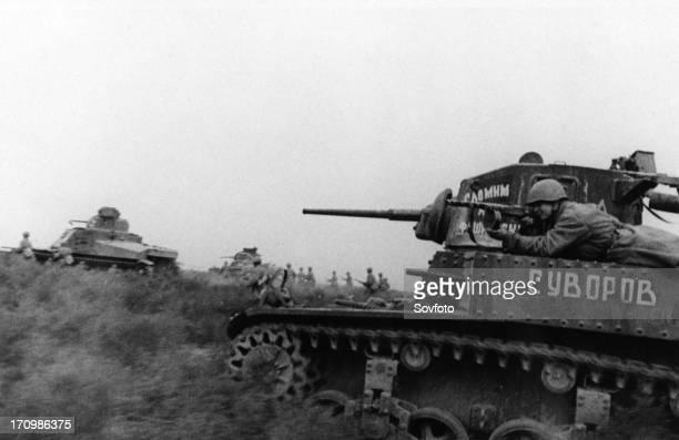 Battle of stalingrad soviet tanks and infantry advancing northwest of stalingrad november 1942