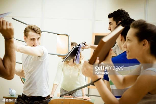 schlacht von studenten im klassenzimmer - pjphoto69 stock-fotos und bilder