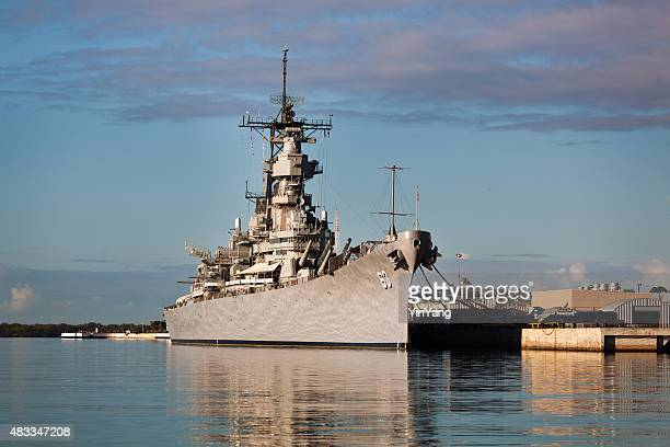 battleship u.s.s. missouri in pearl harbor, honolulu, hawaii - pearl harbour attack stock pictures, royalty-free photos & images