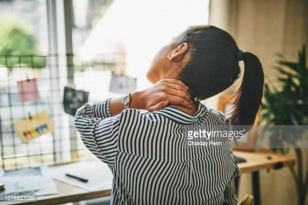 vechten met een stijve nek - medische aandoening stockfoto's en -beelden