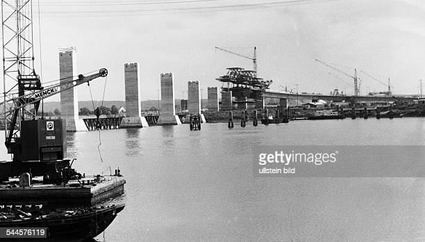 Errichtung der Pfeiler der Fahrbahnkonstruktion über den Rugenberger Hafen undatiert 1972