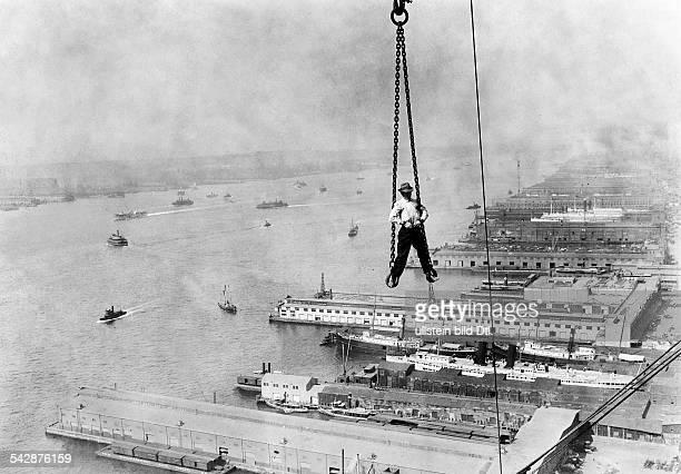 Bau eines Wolkenkratzers Arbeiterhängt in einer Krankette in schwindelnderHöhe iH Kaianlagen am East River1911