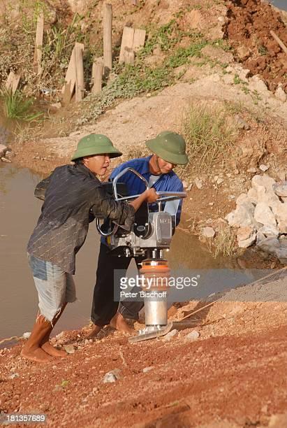 Bauarbeiter bauen KeBrücke über Fluß Can Einweihung von KeB r ü c k e Ngoen Village Provinz Tien Luc Vietnam Asien Dorf Vietnamese Einheimische