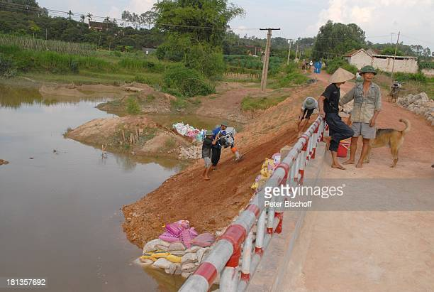 """Bauarbeiter bauen """"Ke""""-Brücke über Fluß Can , Vietnamesen, Hund, Einweihung von """"Ke""""-B r ü c k e, Ngoen Village, Provinz Tien Luc, Vietnam, Asien,..."""