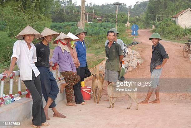 Bauarbeiter bei Mittagspause Vietnamesen Hund Einweihung von KeB r ü c k e Ngoen Village Provinz Tien Luc Vietnam Asien Dorf Strohhut TropenHelm...