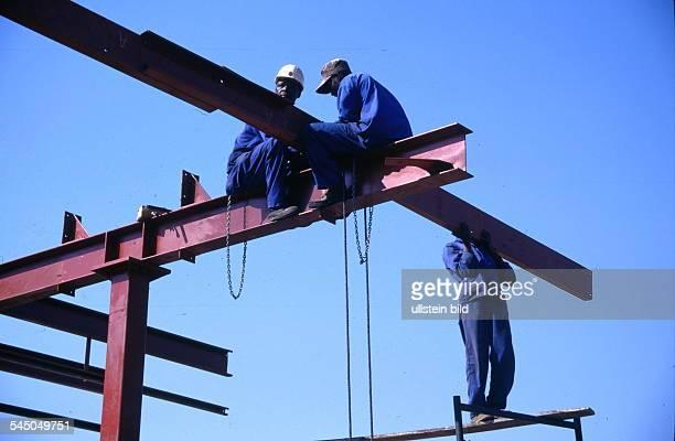 Bauarbeiter beim Errichten einesStahlskeletts 1998