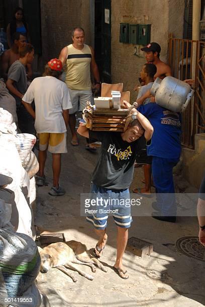 BauArbeiter Einheimische Tour durch die Favelas Favela da Rocinha Rio de Janeiro Brasilien Südamerika Armenviertel Slum Reise NB DIG ProdNr 329/2007