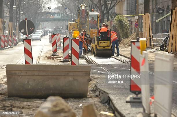 Bauerarbeiter bei der Erneuerung der Strassenbahngleise in der Pappelallee in Berlin-Prenzlauer Berg