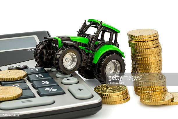 Bauern in der Landwirtschaft haben mit steigenden Kosten zu rechnen Höhere Preise bei Futter Dünger und Pflanzen Traktor mit Münzen und Taschenrechner