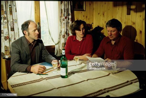 Bauernsekretär Josef Fuchs berät Bauer Walter Bühler und seine Ehefrau