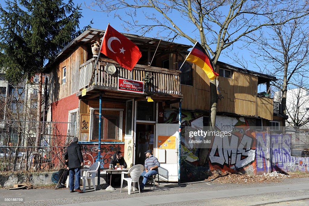 baumhaus an der mauer ist eine von dem tuerkischen einwanderer osman news photo getty images. Black Bedroom Furniture Sets. Home Design Ideas