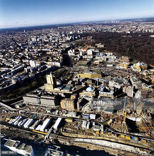 Baustelle am Potsdamer Platz Hauptverwaltungsgebäude und Büro und Wohngebäude von debis Xmas 3D Kino rechts das Weinhaus Huth Blick in Richtung...