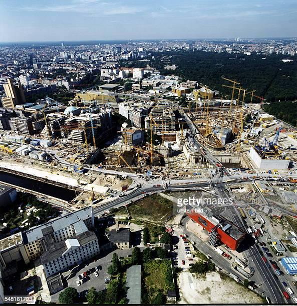Baustelle am Potsdamer Platz vl die zukünftigen Bauten von debis Imax Kino Center Sony In der Bildmitte das alte Weinhaus Huth unten die rote InfoBox...